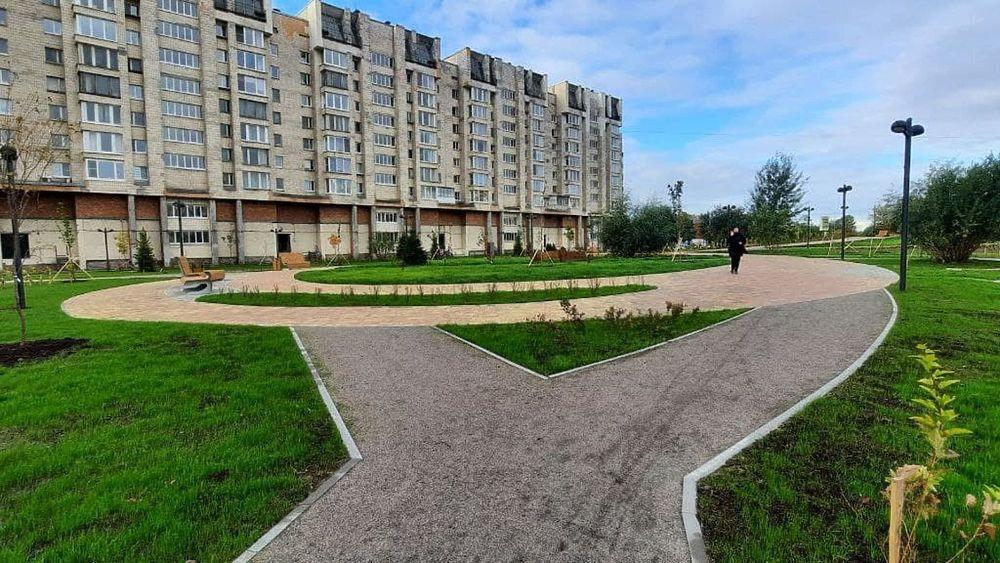 Часы и бесконечность: фото открытого в Петербурге сквера «Осенний марафон»