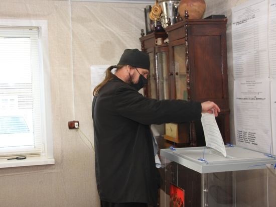 Иеромонах Святогорского монастыря приехал на велосипеде из Клина в Кунью ради голосования