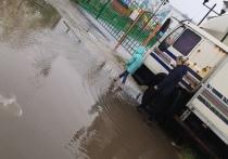 Огромная лужа мешает детям попасть в детский сад в Ноябрьске