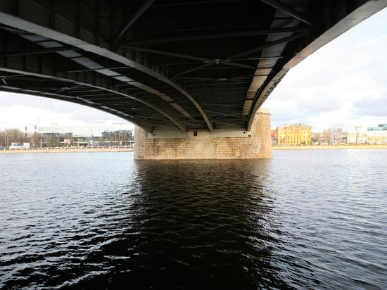 Катер врезался в опору моста в Петербурге, есть пострадавшие