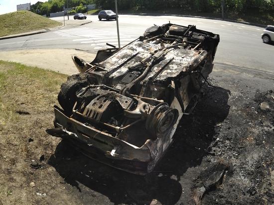 Три человека сгорели в автомобиле после ДТП в Новосибирске