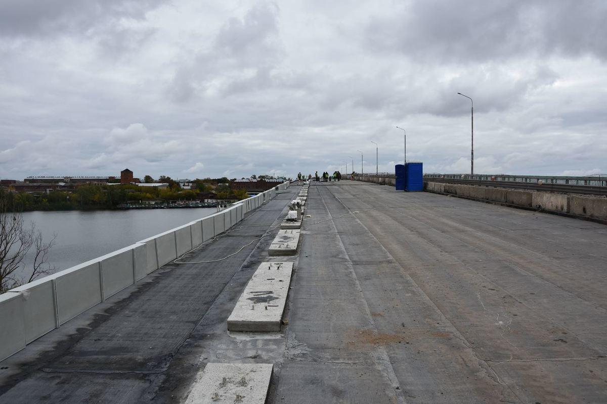 На костромском мосту через реку Кострому укладывают новый асфальт