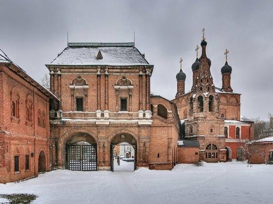 У храма в центре Москвы нашли завернутые в ковер человеческие останки