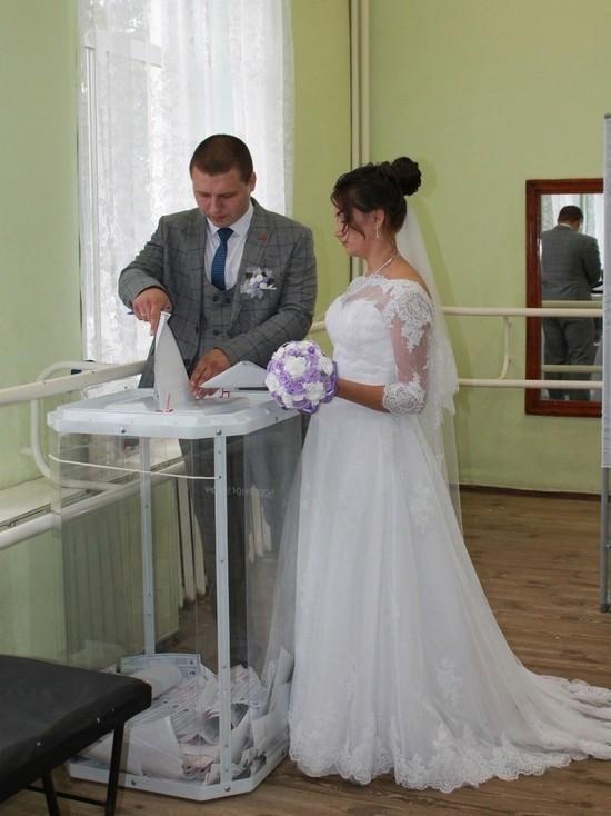 Сразу после регистрации брака пара пришла на избирательный участок № 167, чтобы выполнить свой гражданский долг