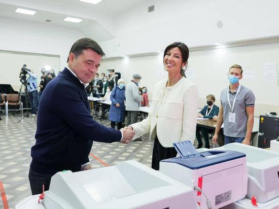 Губернатор проголосовал сегодня в Одинцовском округе, придя на избирательный участок с супругой