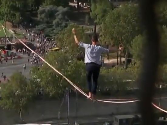 Канатоходец прошел по тросу от Эйфелевой башни на высоте 70 м