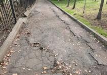 Тротуар у школы «Успех» в Северном районе города вызывает весьма неположительные эмоции