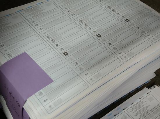Оппозиционное сетевое издание Sota Vision сегодня опубликовало фотографии с УИК №313, где в урне лежат стопки бюллетеней