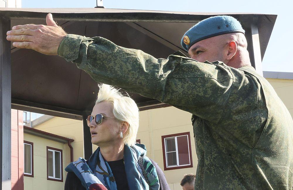 Хоркина взяла мастер-класс у десантников, как прыгать с парашютом: фото