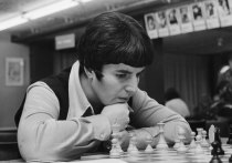 Грузинская шахматистка Нона Гаприндашвили, ставшая в 1976 году первой в истории женщиной-гроссмейстером, обвинила авторов популярного мини-сериала «Ход королевой» в сексизме и подала иск на 5 миллионов долларов к американской компании Netflix. Поводом для иска стало утверждение, что Гаприндашвили якобы никогда не играла с мужчинами
