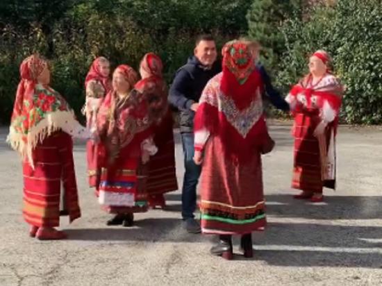 Сергей Кузнецов пустился в пляс вместе с народным коллективом