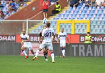 Российский форвард «Фиорентины» Александр Кокорин вновь попал в поле зрения болельщиков итальянского клуба, которые не очень довольны выступлением футболиста в команде. На этот раз Кокорина чуть не удалили в матче с «Дженоа» (2:1) спустя пять минут после выхода на поле.