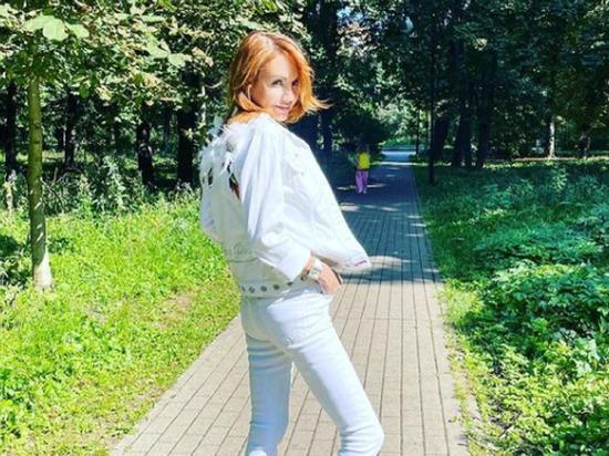 Перенесшая тяжелую болезнь и кому певица МакSим поделилась в соцсетях новыми фотографиями, сделанными в парке на прогулке