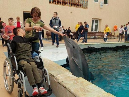 Каскад Кубанских ГЭС организовал поездку в дельфинарий для детей-инвалидов