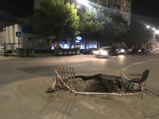На улице Вольской автомобили могут упасть в неогороженную яму