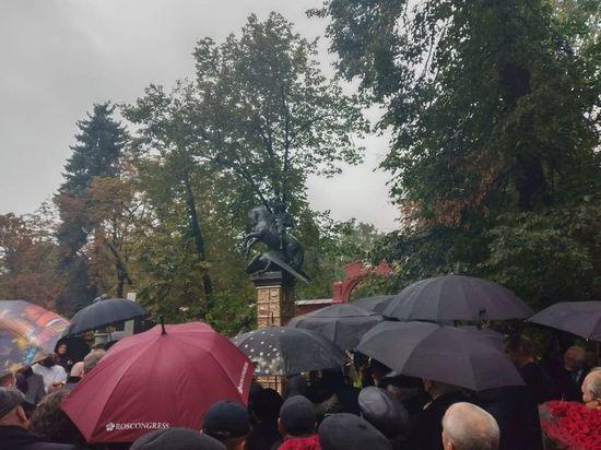 Скульптурная композиция-надгробие высотой около 4 метров появилось на центральной аллее Новодевичьего кладбища, где Юрий Лужков был похоронен в декабре 2019 года