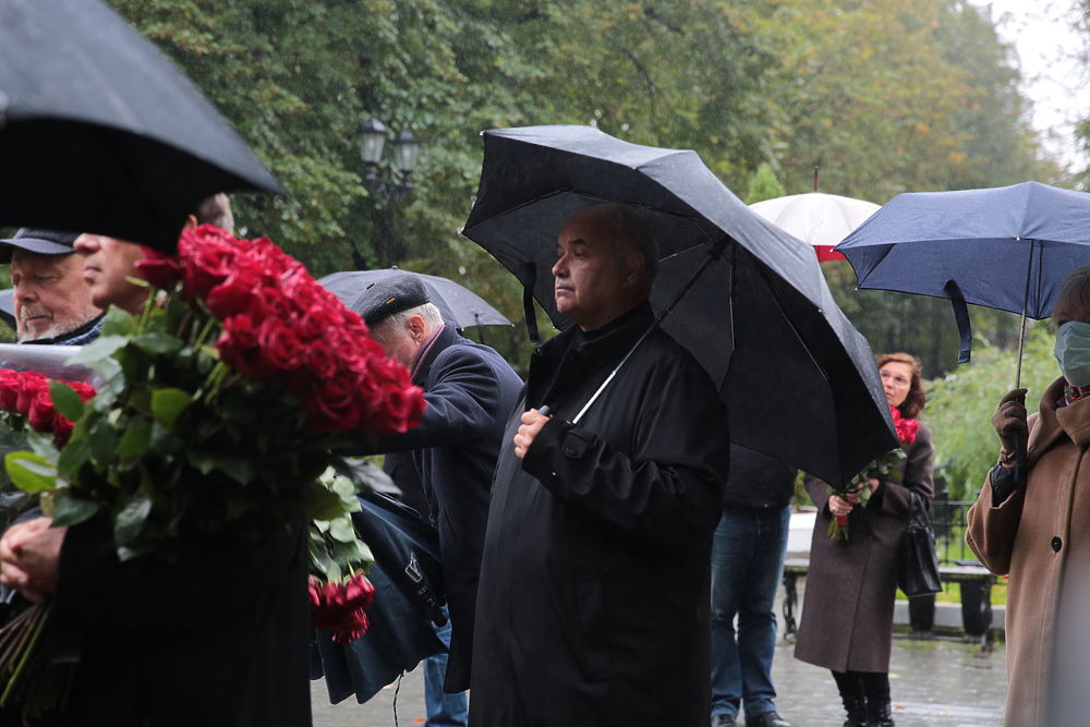 Елена Батурина с дочерьми на открытии памятника Лужкову: кадры церемонии