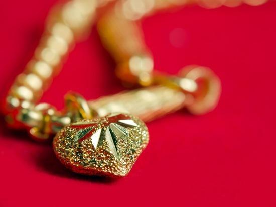 Забайкальцы лишились золотых украшений, доверив квартиру родственнику