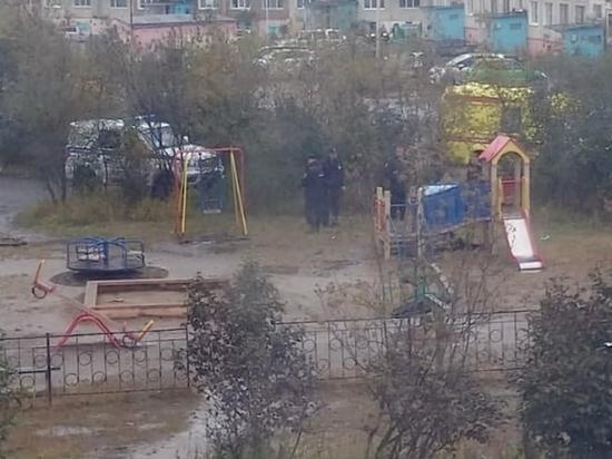 Утром жители Магадана нашли труп на детской площадке