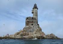 На самом краю нашей страны, на острове Сахалин, установлен один из самых труднодоступных маяков России - маяк Анива, который одиноко и величественно возвышается на скалах среди морских волн