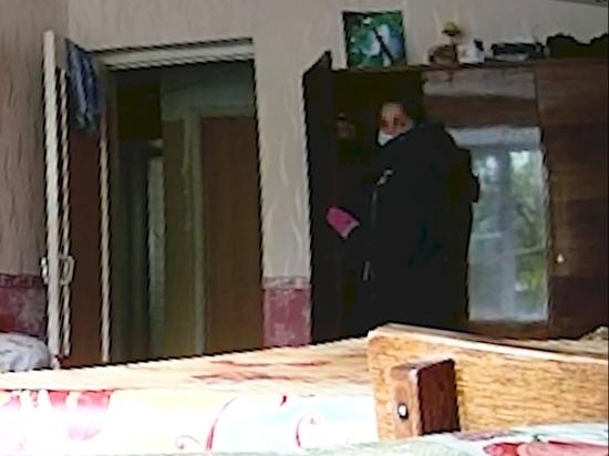 Действия злоумышленницы попали в объектив видеокамеры