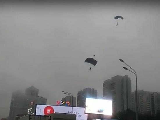 В Москве экстремалы прыгнули с парашютом с высотки на дорогу