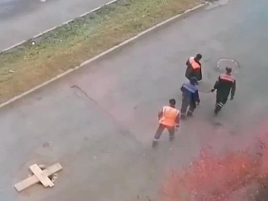 Коммунальщики Челябинска закрыли все канализационные колодцы одной крышкой