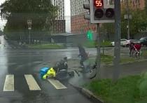 Большой резонанс в Интернете вызвало видео с регистратора машины, зафиксировавшее ДТП на юге Москвы в четверг днем