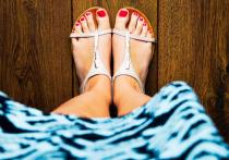 Медленный рост ногтей на ногах, а также изменения цвета ног и голеней могут свидетельствовать о повышенном уровне холестерина, пишет Daily Express