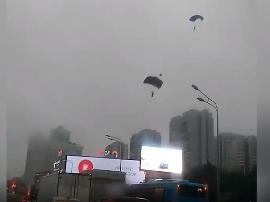 Спрыгнувший с московской высотки парашютист сдал напарников
