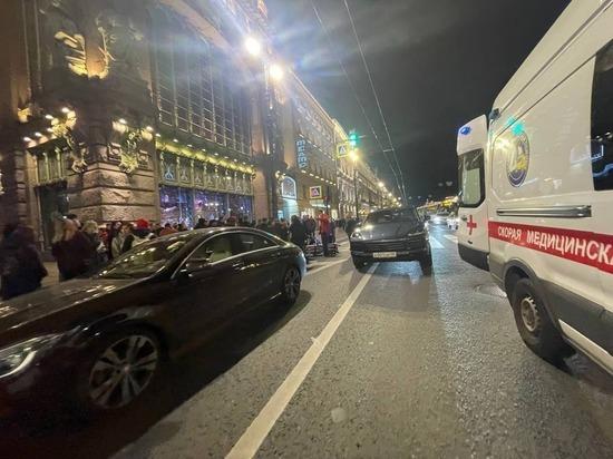 Двух девушек сбили на пешеходном переходе на Невском у Екатерининского сада