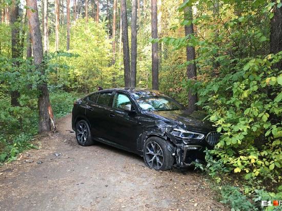 Сегодня утром на территории лесопарка Шарташ отдыхающие обнаружили разбитый автомобиль ВМW