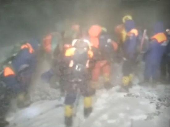 Тела погибших альпинистов не смогли спустить с Эльбруса