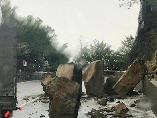 Ливень вызвал камнепад на федеральной трассе в Сочи