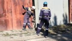 Пожарные Хакасии поделились видео спасения собаки в гаражном комплексе