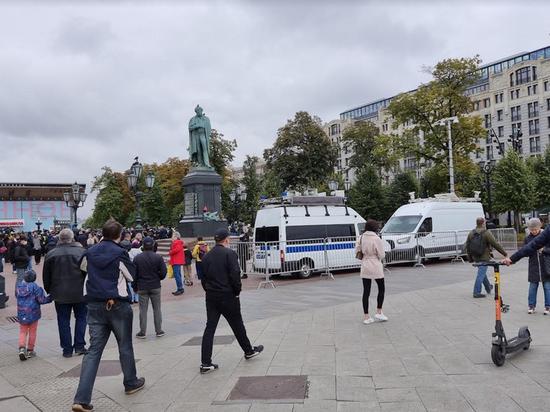"""Полиция приехала на несанкционированную акцию КПРФ под песню """"Дядя Вова, мы с тобой"""""""