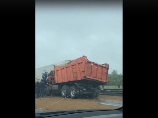 Появились кадры ДТП с засыпавшим песком КАД грузовиком