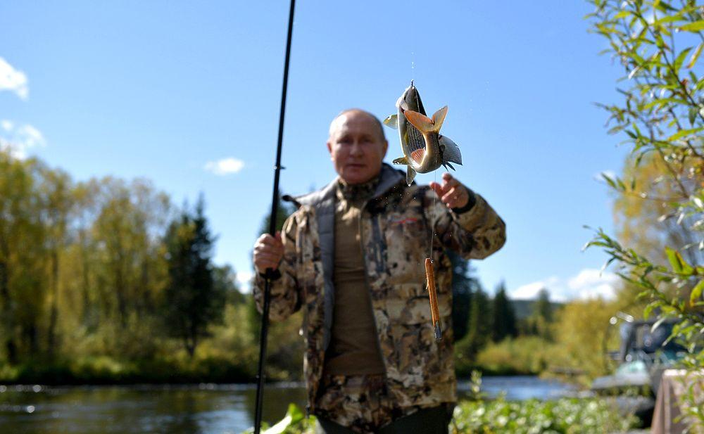 Лежка медведя, рыбалка, шикарные виды: кадры отдыха Путина с Шойгу