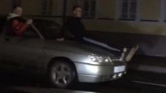 В Костроме подростки катаются сидя верхом на автомобилях