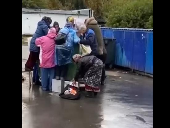Новосибирские пенсионеры устроили драку за просрочку у мусорного контейнера супермаркета