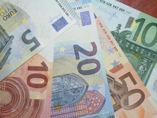 Евро впервые с июля 2020 года опустился ниже 85 рублей