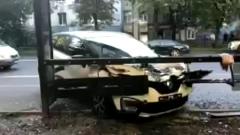 В Калининграде водитель протаранил автобусную остановку: кадры с места