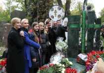 Утром в понедельник на Новодевичьем кладбище открыли памятник Олегу Табакову