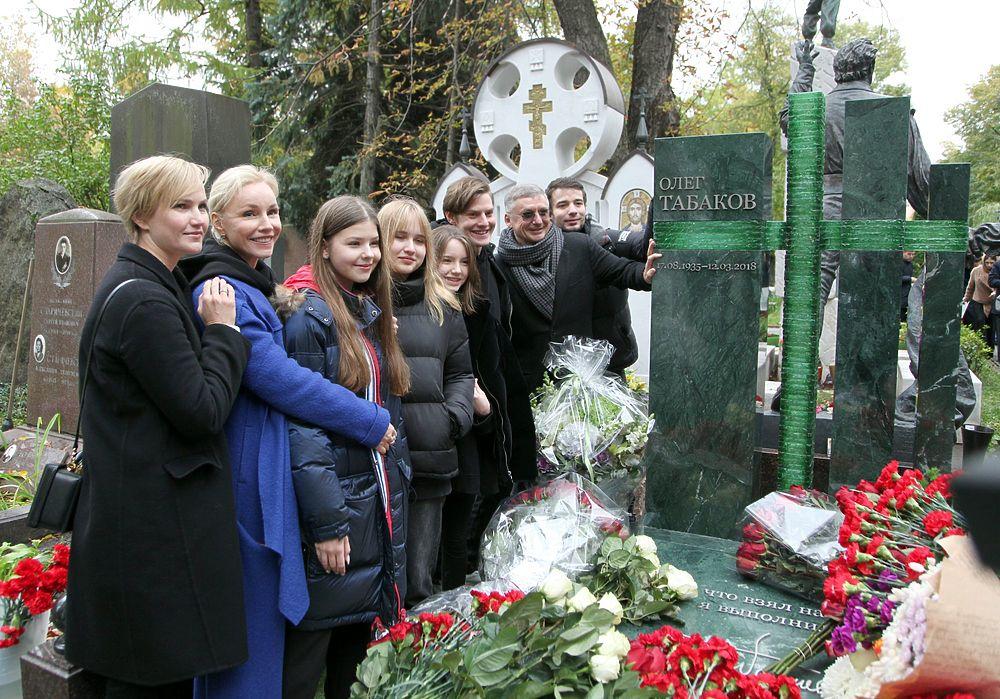 Сияющая Марина Зудина с детьми открыла памятник Олегу Табакову: осенние кадры