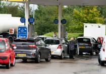 В Великобритании наступил  «бензиновый апокалипсис»  — заправки опустели, а к тем, что еще работают, стоят километровые очереди