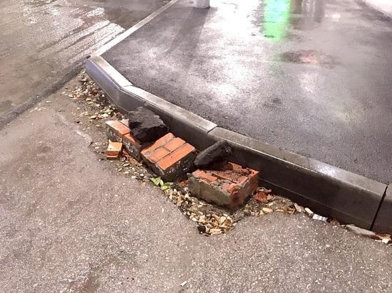 Не дождавшись правильного ремонта тротуара, инвалиды с улицы Кутякова начали делать его сами