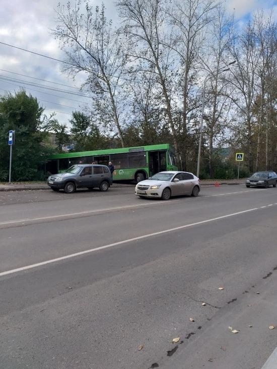 В Октябрьском районе Красноярска автобус съехал в кювет