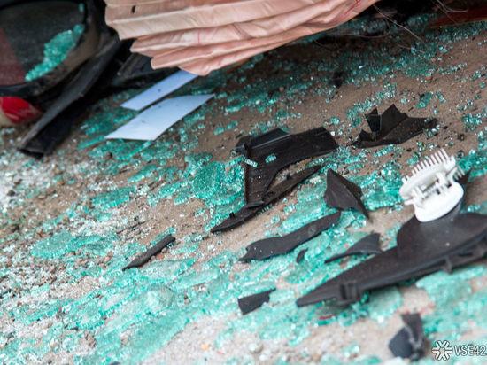 Автомобиль превратился в груду металла в результате аварии на кузбасской трассе