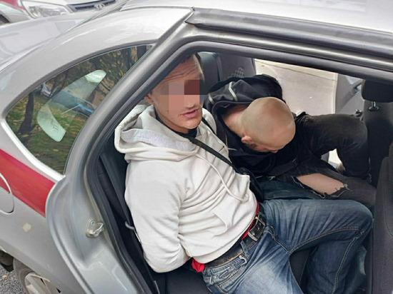 Двое мужчин угрожали ножом студентке возле петербургского колледжа