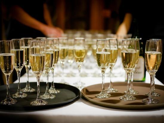 """Минсельхоз подготовил законопроект, позволяющий называть игристое вино из Шампани """"шампанским"""""""
